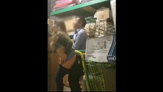 Câmera escondida filmou gerente comendo funcionaria dando uma rapidinha no estoque da loja achando que ninguém estava vendo essa putaria que acabou caindo na net.