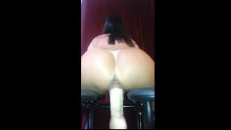 Video porno da Casada curtindo brinquedinho que o marido deu. Essa dleicia com uma marquinha de sol toda deliciosa se masturbando sentando no consolo grande e gemendo.