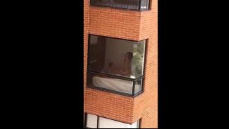 Video porno Vizinha flagrada transando pela janela de vidro por um tarado que viu sem a curtinha e filmou a gostosa quicando no pau do marido que ficou famoso no bairro.