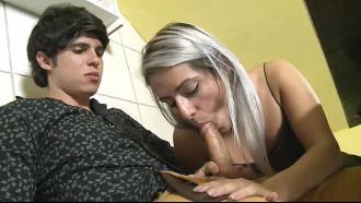 Video porno Mia Linz pagando boquete no bar. Loira safada demais depois de umas cervejas fazendo aquele sexo oral engolindo o pau todo sem frescuras.