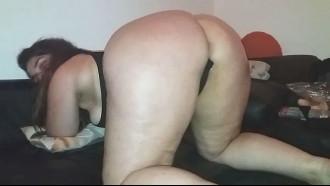 Video porno Mãe de 3 filhos da raba grande se exibindo pro amante tarado que filmou essa safada bunduda de 4 na cama com uma calcinha enfiada na xota.