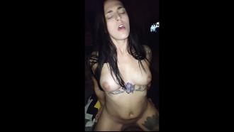 Tatuada magrinha em sexo amador sentando na pica