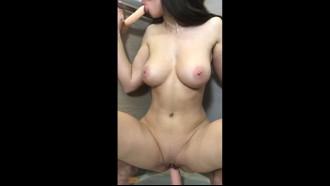 Branquinha deliciosa masturbando com dois consolos
