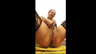 MILF da buceta estourada gozando na masturbação