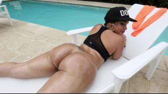 Video porno Destiny Dane é uma Latina bunduda em filme porno. Essa morena deliciosa tem uma bunda grande e fode demais dando uma quicada maravilhosa.