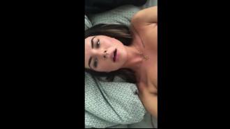 Video porno amador: Gatinha com piercing colocando vibrador na bucetinha que ficou toda melada com muito tesão em um video intimo filmado pelo celular.