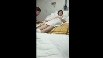 Video porno Safada dando uma rapidinha na cama do hospital. Muito safada essa ninfeta de camisola sem calcinha liberou a xota rapidinho para o namorado que meteu só um pouquinho.