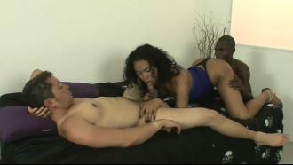 Video pornô 2 homens Brasileiros recebendo boquete de uma trans morena que é muito gulosa e gosta de pau bem grande na boquinha e quando sai porra é melhor ainda.