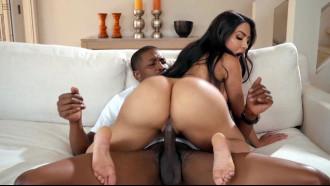 Video de sexo da Lela Star em uma deliciosa sentada quicando rabão bem gostoso no sofá deixando a pica do safado toda melada em um maravilhoso filme de sexo.