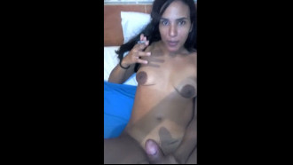 Video de sexo: Morena safada gosta de fumar um e foder. Ela ficou chapada depois de mandar um e levou pica na buceta com as pernas abertas e sendo filmada nua.