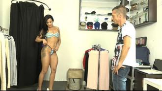 Video do Vendedor ficou doido com a Bianca Naldy. Morena deliciosa trocando de roupa exibindo seu maravilhoso corpo toda saradinha e bem safada.