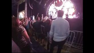 Loira chupou o namorado no meio do show