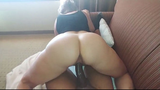 Video de Sexo real comendo a sogra no sofá. Tesuda demais essa madura amadora e experiente gemendo gostoso enquanto cavalga no pau do genro safado.
