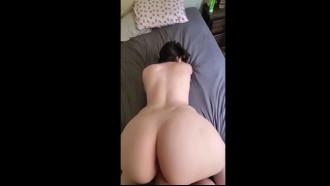 Video de sexo da branquinha gostosa da cintura fina de 4 na cama fodendo gostoso com sua bunda grande empinada enquanto o safado filma o sexo por trás.