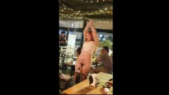 Mulher bêbada tirou a roupa no meio do bar