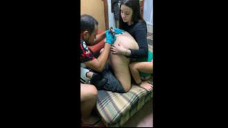 Mulher fazendo tatuagem horrorosa no cu