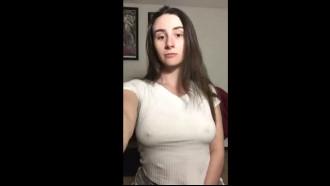 Branquinha safada gozando ao se masturbar