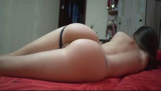 Novinha safada masturbando deitada na cama