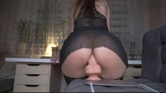 Mulher meladinha sentando em um consolo grande