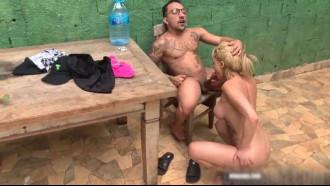 Barbara Alves pagando boquete no anão dotado