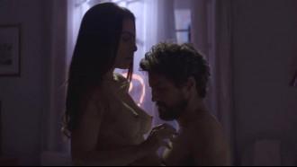 Assista ao video da atriz Cléo Pires pelada, com muita sensualidade ela fez essa cena de sexo quente pagando peitinho em filme nacional Legalidade.