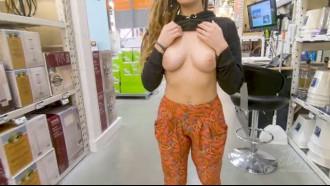 Safada mostrou os peitinhos em loja pública