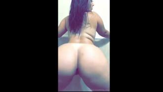 Video caseiro de uma bunduda nua no banheiro gravando video pornô pelo celular balançando a raba grande com muita sensualidade e safadeza.