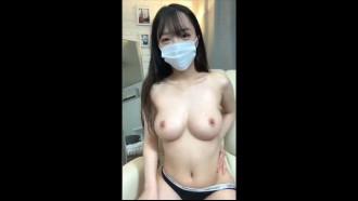 Novinha Chinesa nua com mascara na quarentena