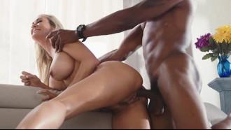Brandi Love é uma coroa cavala que nessa cena pornô fudeu dando sua buceta avantajada para um negro que socou forte por trás sem piedade dessa coroa.