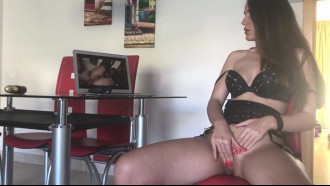 Esposa masturbando esperando marido chegar em casa