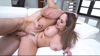 Sexo com madura peituda muito safada fudendo com cara de safada com seus peitões grandes balaçando enquanto o sortudo enfia pica na buceta carnuda.