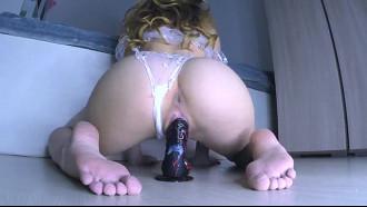 Calcinha molhada da loirinha se masturbando