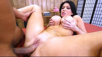 Atriz pornográfica Romi Rain nua no pornô de pernas abertas dando sua bucetinha rosada segurando seus peitos grandes enquanto o safado soca forte.