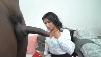 Video porno da morena com medo do pauzão do dotado. Essa morena ama fazer boquete e ainda deixou o dotado socar forte na sua buceta.