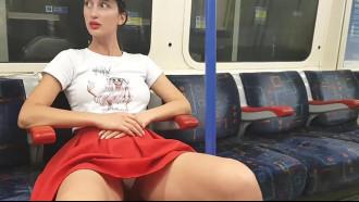 Safada no trem mostrando calcinha