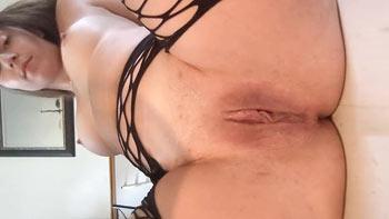 Peitinho perfeito da safada se masturbando