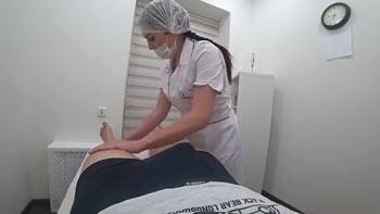 Massagista pagando boquete no cliente